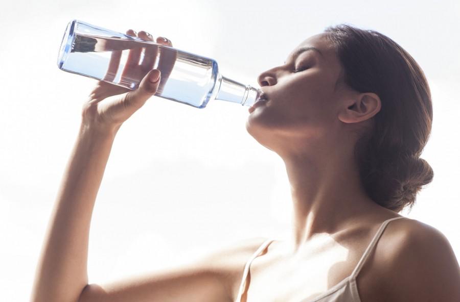 Idratarsi correttamente fa bene all'umore e alla pelle