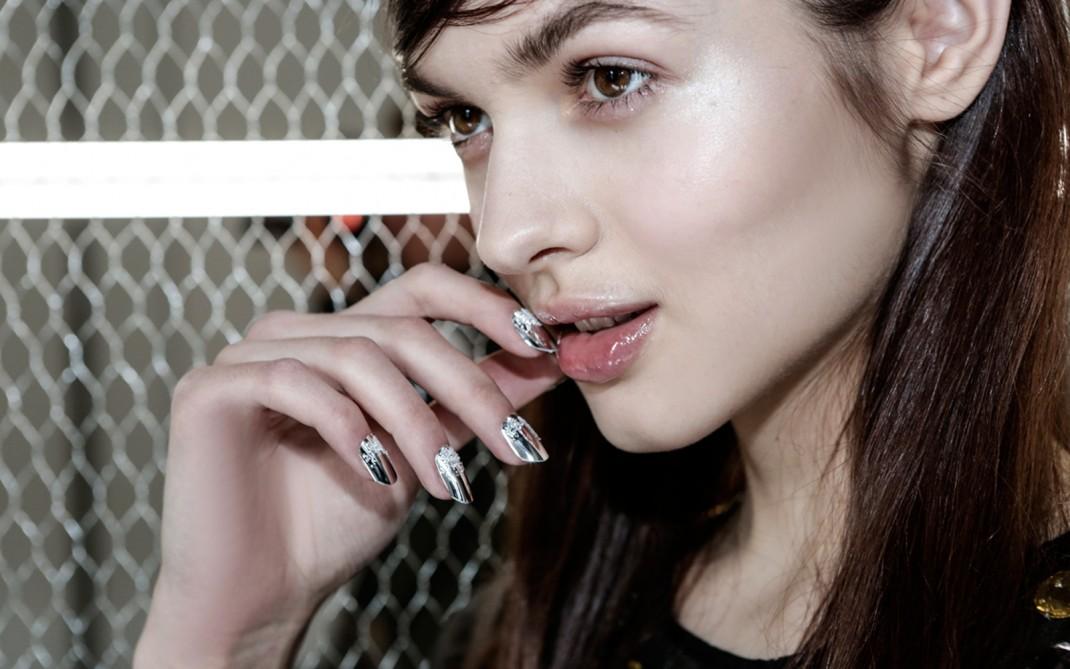 Unghie nail art effetto specchio silhouette donna - Smalto a specchio ...