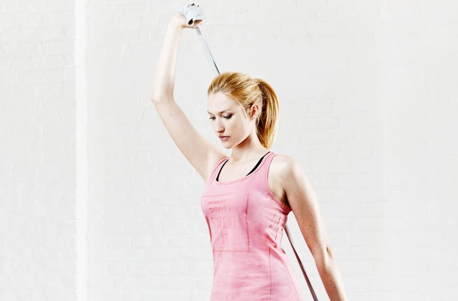 Spalle e braccia scolpite: prova con l'elastico