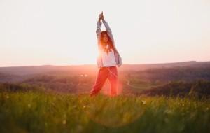 """C'è una ginnastica dall'approccio dolce, adatta a tutte le età, che in Cina viene praticata da secoli per mantenersi giovani e in una condizione di generale benessere psicofisico. Si chiama Qi Gong e consiste in esercizi molto semplici e alla portata di tutti che, oltre a regalare un corpo più tonico, snello e flessuoso, stimolano opportunamente il flusso dell'energia vitale nell'organismo, migliorando il funzionamento di tutti gli organi e promuovendo così la buona salute. (frasona) Secondo la medicina tradizionale cinese, nel corpo scorre un'energia, dal cui flusso armonioso dipendono salute e benessere: quando si creano alterazioni e blocchi, infatti, sorgono disturbi, fastidi e inestetismi La fitness consultant Viviana Ghizzardi spiega che la pratica quotidiana del Qi gong, che significa proprio """"allenamento dell'energia"""", è suggerita dai medici cinesi per sentirsi sempre in forma. Gli esercizi sono numerosissimi e prevedono movimenti abbinati alla respirazione, semplici forme di automassaggio, ma anche tecniche terapeutiche particolari, come l'emissione di precisi suoni dall'effetto stimolante o le visualizzazioni: poiché sono privi di controindicazioni, potete ripeterli anche più e più volte, traendone solo vantaggi. Per impararli ci sono lezioni ad hoc (in genere durano un'ora o un'ora e mezza, con frequenza settimanale), ma la facilità di esecuzione vi consente anche di accostarvi a questa millenaria disciplina anche attraverso il fai-da-te, seguendo un buon manuale. Il Qi gong può sostituire le forme di allenamento tradizionali, in palestra, e il suo approccio gentile lo rende adatto anche alle più sedentarie. I benefici si sentono anche solo con 10-15 minuti al giorno di impegno, purché eseguiate gli esercizi rimanendo concentrate e in uno spazio silenzioso. Che risultati dovete aspettarvi? 1. Con la pratica migliorate la vostra forma, perdendo qualche chilo e ridisegnando la figura: è un obiettivo perseguito non solo dai programmi fitness elaborati nel mo"""