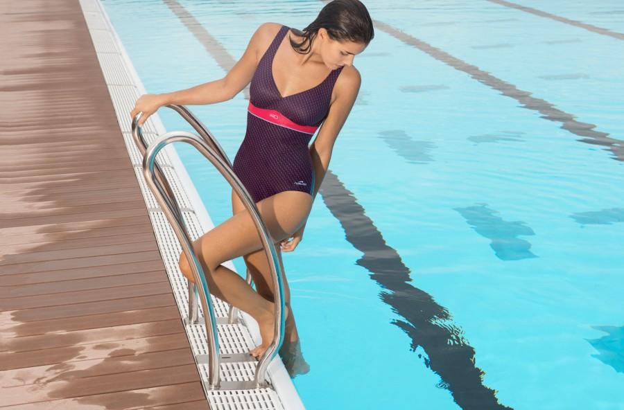 Aquaball training: modella le cosce in piscina con una palla