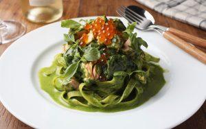 Tagliatelle con pesto di spinaci e salmone