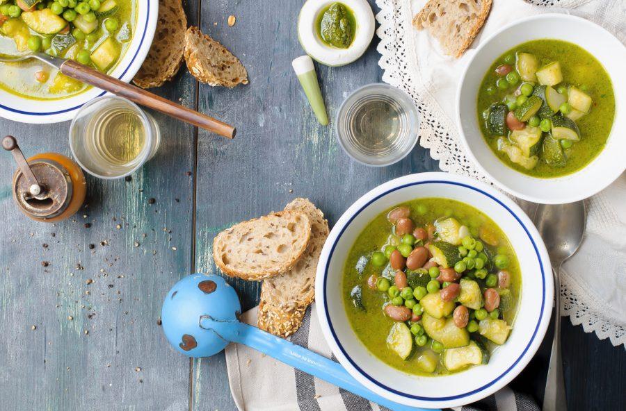 Zuppa al pesto con legumi e zucchine