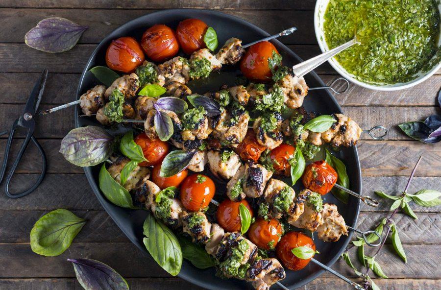 Spiedini di pollo con pomodorini e pesto