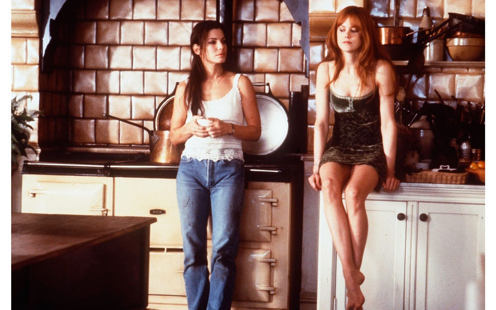 """""""Amori e incantesimi"""" (1998) Frangetta, capelli lunghi, dritti e rosso fuoco, è una streghetta accanto a Sandra Bullock"""