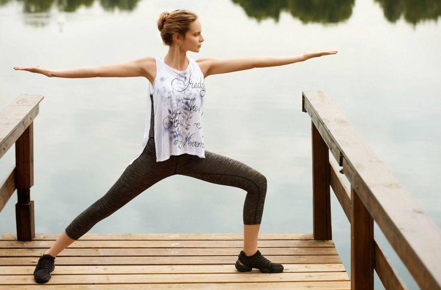 Yoga, modella gambe e glutei con il Guerriero II