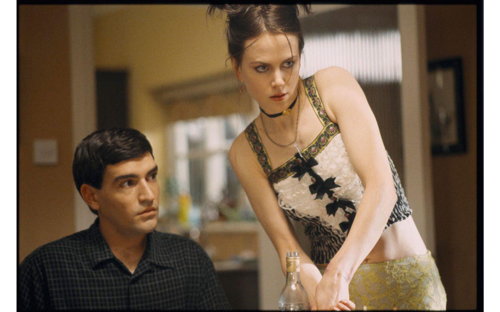 """""""Birthday girl"""" (2002). Look volgare, capelli scuri e l'arma del sesso: eccola nel ruolo di una """"moglie per corrispondenza"""" accanto, tra gli altri, a Vincent Cassel"""