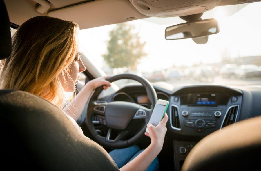 Al volante con il cellulare? È come guidare ubriachi. Ecco perché