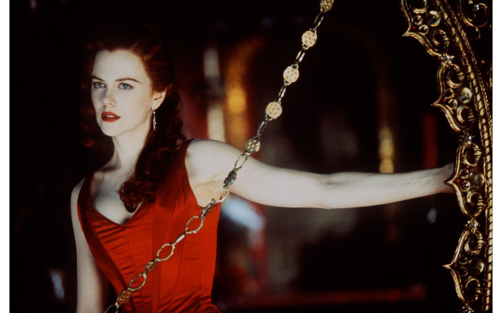 """""""Moulin Rouge!"""" (2001) quasi una ninfetta, con la chioma rossa e la pelle candida incanta tutti nel ruolo della sfortunata Satine, che cantando farà innamorare il bohémien Ewan McGregor"""