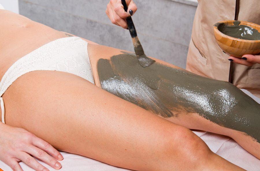 Cellulite: via gonfiori e cuscinetti con il massaggio al tè verde