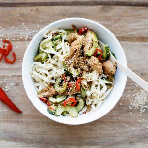Noodles di riso con pollo al sesamo