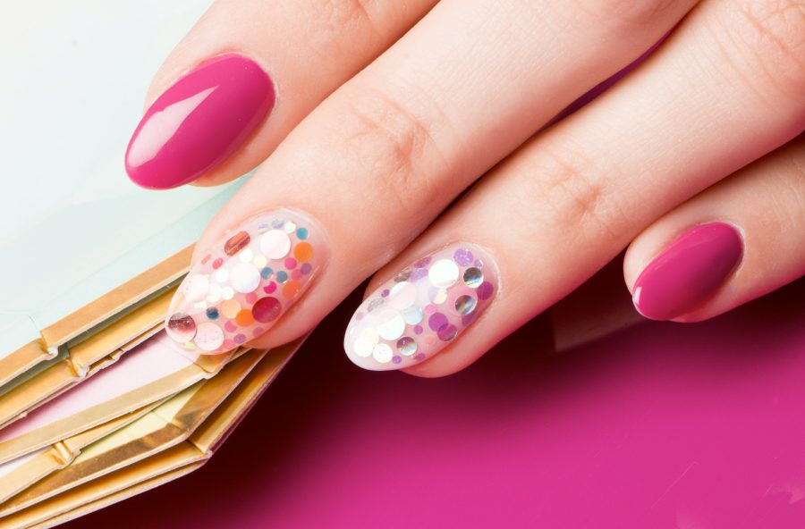 Nail art: colori flou e stickers per l'estate