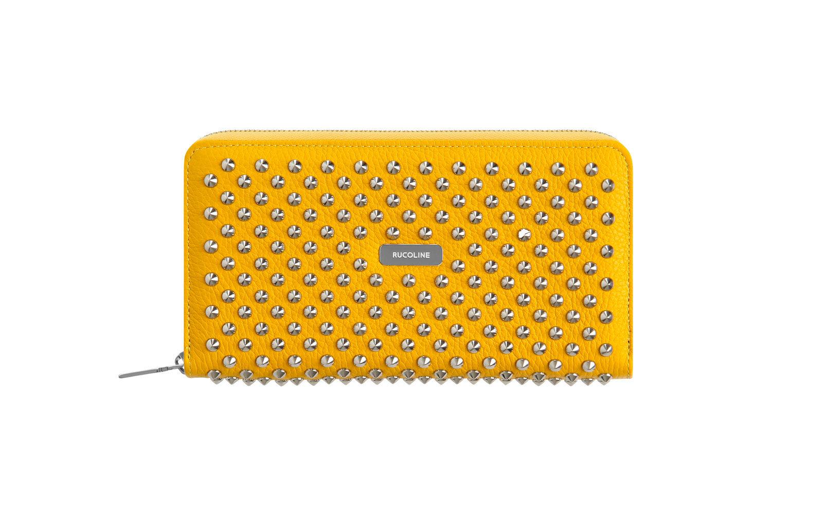 RUCO LINE porta documenti in pelle giallo sole, con applicazioni mini borchie. 590 euro www.rucoline.com