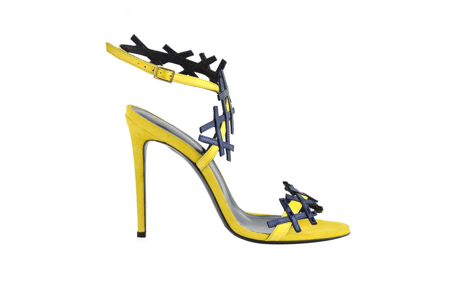 SIMONE CASTELLETTI  sandalo nude in camoscio giallo mimosa ed intreccio in vernice blu. 390 euro     www.simonecastelletti.it