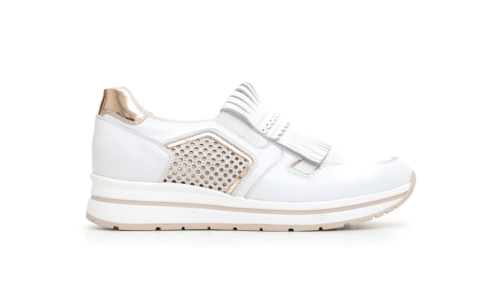 NeroGiardini  Sneaker in pelle con maxi frangia e inserti in pelle microforata e in camoscio laserato con borchiette thermoadesive euro 149,50