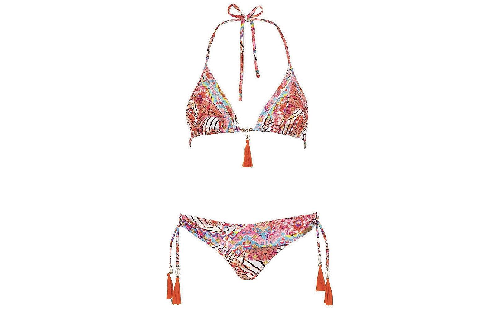 Con fantasie etniche e toni pastello il bikini stretto da laccetti e nappine arancio Watercult (90 euro).