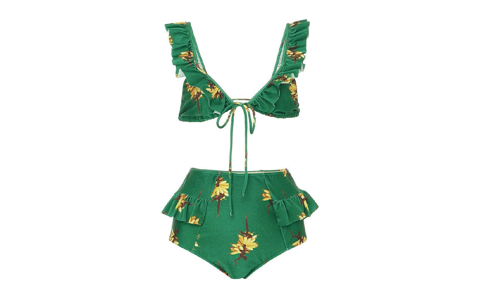 Romantico di ispirazione rétro il bikini verde con fiori gialli di Adriana Degreas con top allacciato sul davanti e slip a vita alta decorati con voile (415 euro).