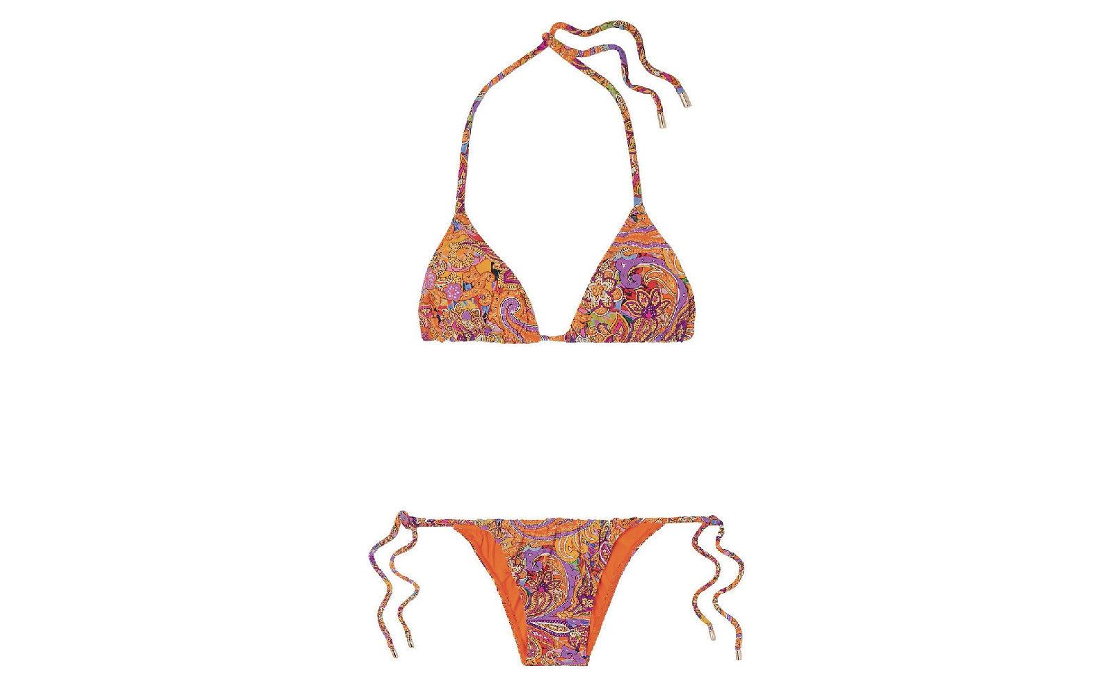 Ha i tipici decori paisley di origine persiana su sfondo arancio il bikini minimal a triangolo di Etro (295 euro).