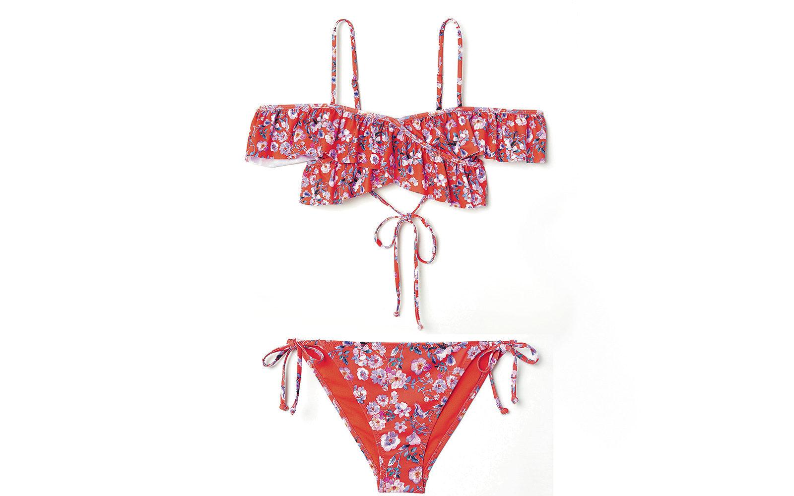 Top a fascia con voile incrociato davanti e slip a triangolo per il bikini rosso con fantasia floreale di H&M (19,99  e 9,99 euro).