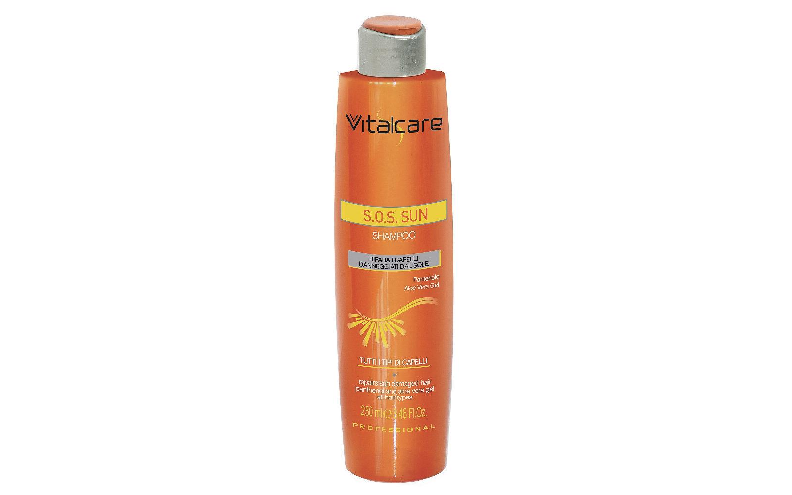 Lo Shampoo Vitalcare Sodico S.O.S. Sun con pantenolo e aloe vera deterge senza impoverire (grande distribuzione, 4,90 euro).