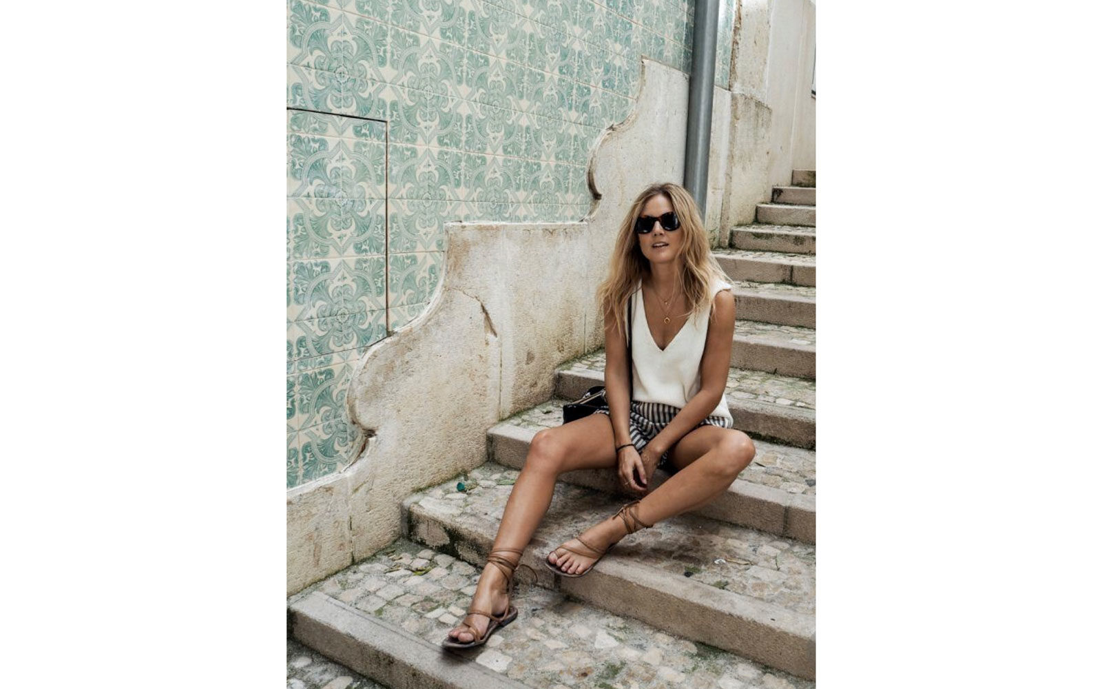 Outfit con shorts e flat sandals in mood provenzale