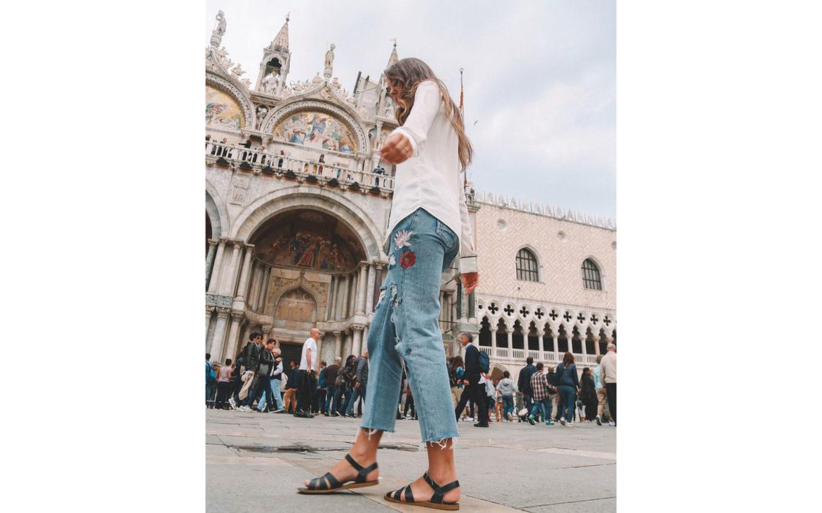 Jeans camicetta bianca e flat sandals