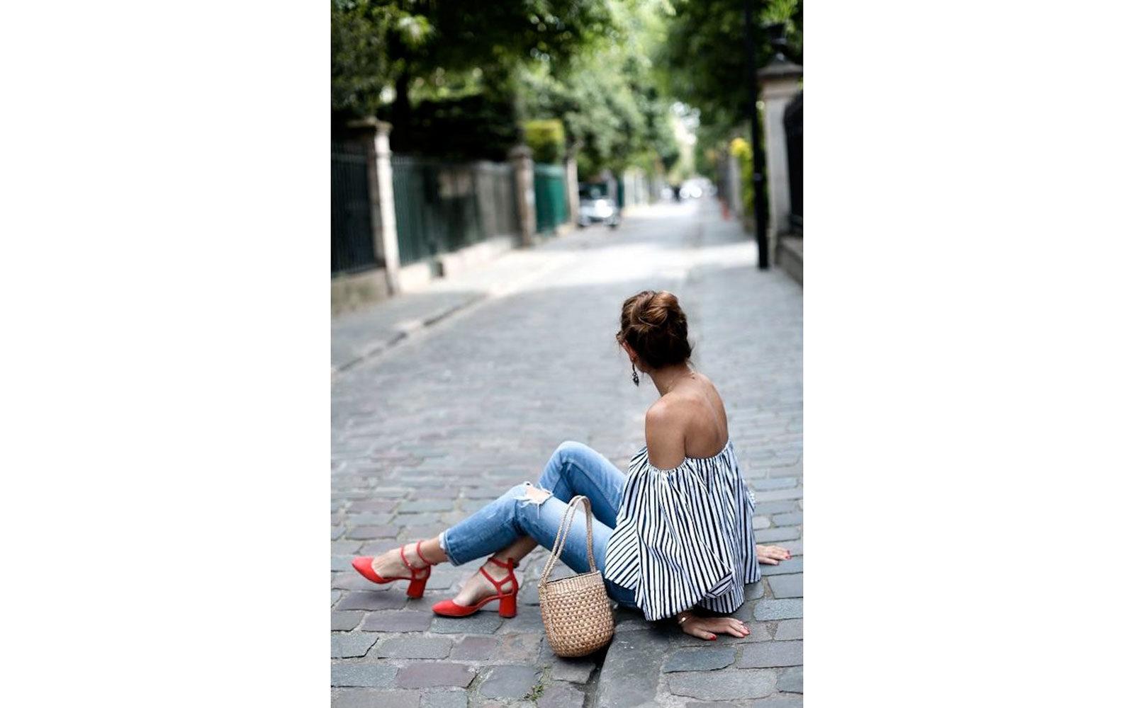 Off shoulders blouse a righe con jeans, borsa di paglia e sandaletti a tacco midi rosso