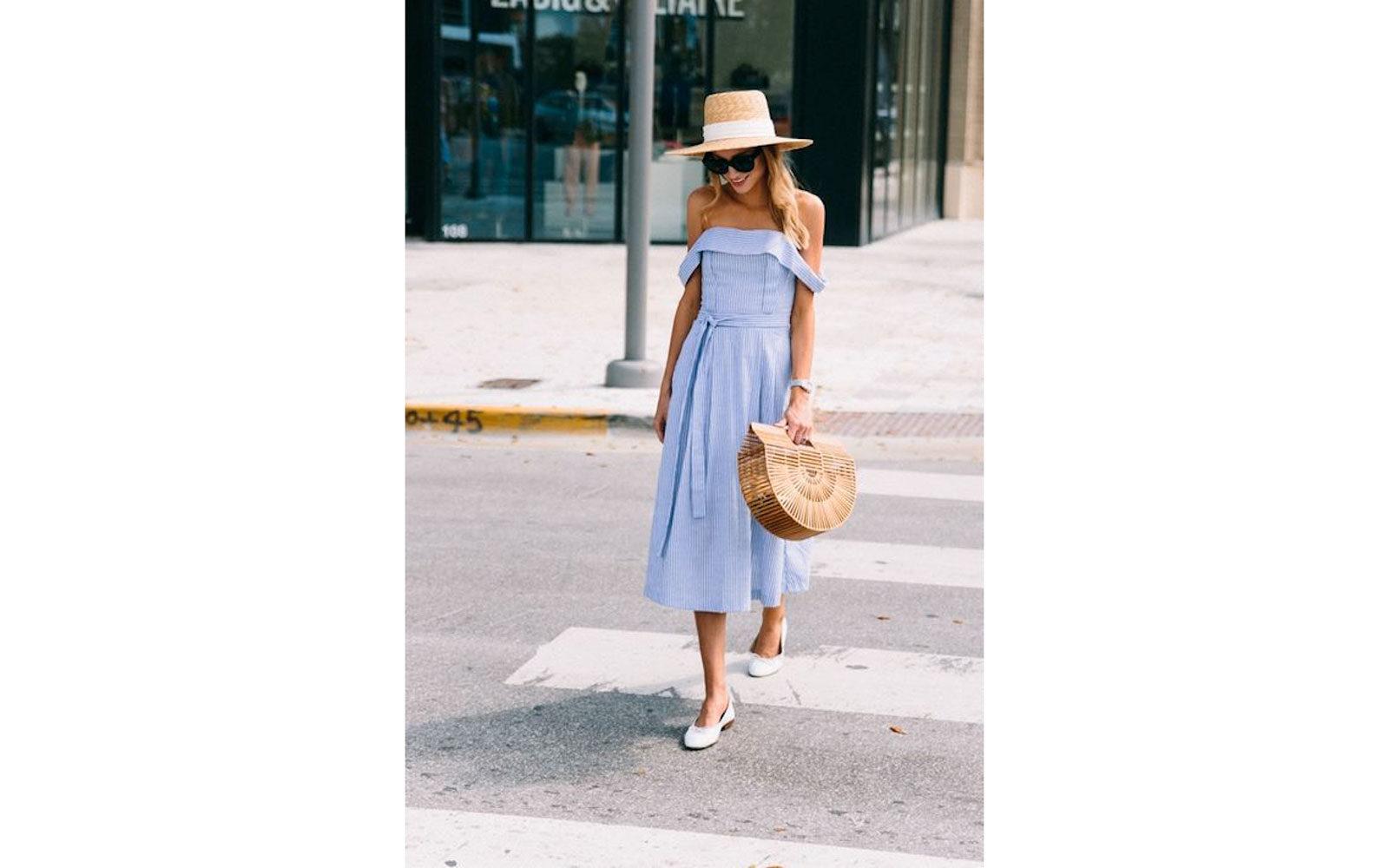 Abitino midi in cotone popeline azzurro off shoulders, ballerine, borsa e cappello in paglia