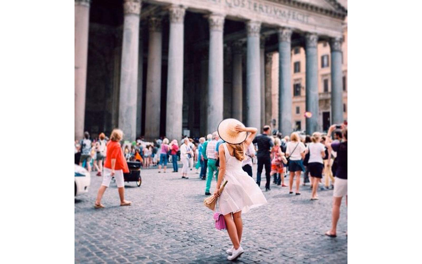 Mini abito in cotone bianco, sneakers e cappello di paglia