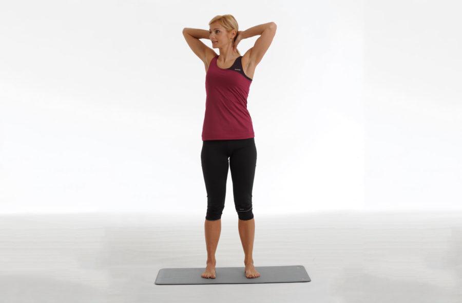 Pilates, spine twist standing per un punto vita più sottile