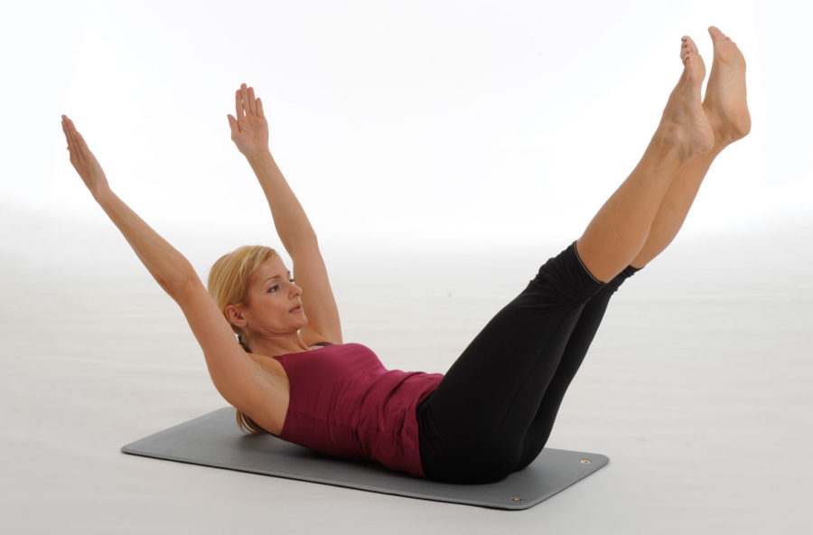 Pilates, double leg stretch per la pancia piatta