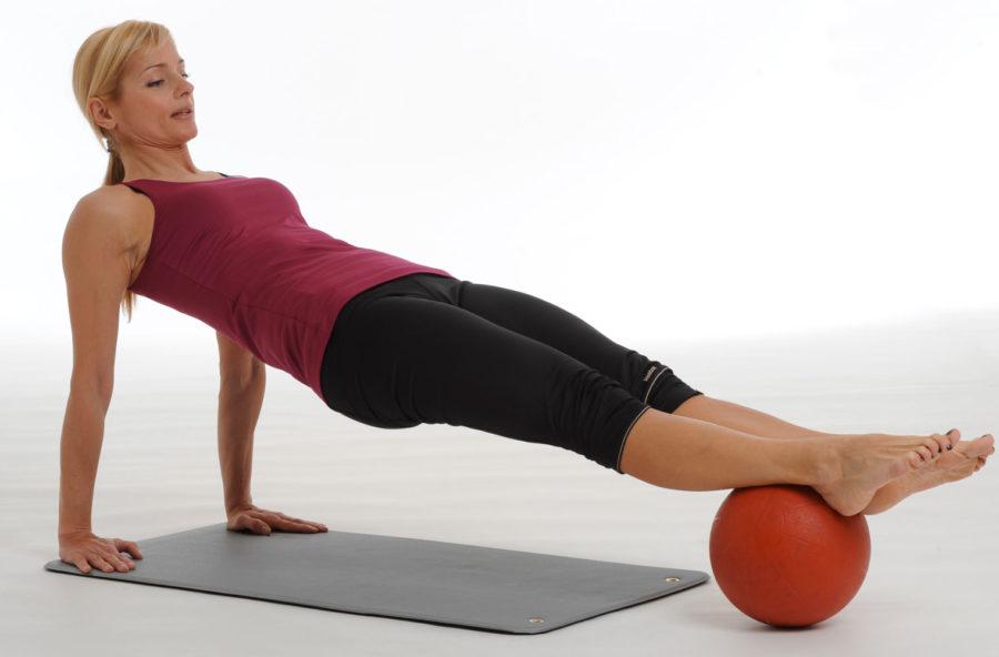 Pilates, leg pull up con la palla per rassodare tutto il corpo