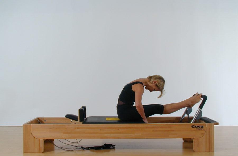 Pilates: stomach massage sul reformer per una schiena più flessibile