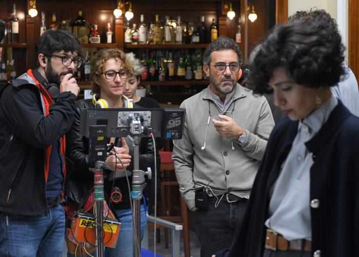 Il regista Riccardo Donna con Serena Rossi sul set del film
