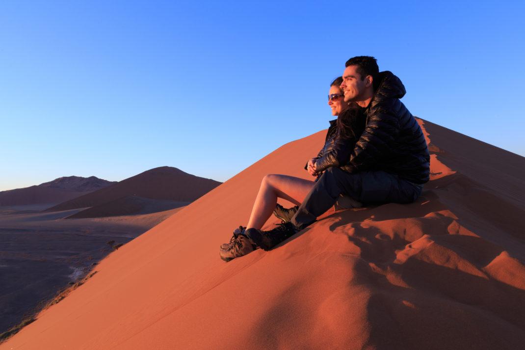 L'alba infuocata sulle dune della Namibia