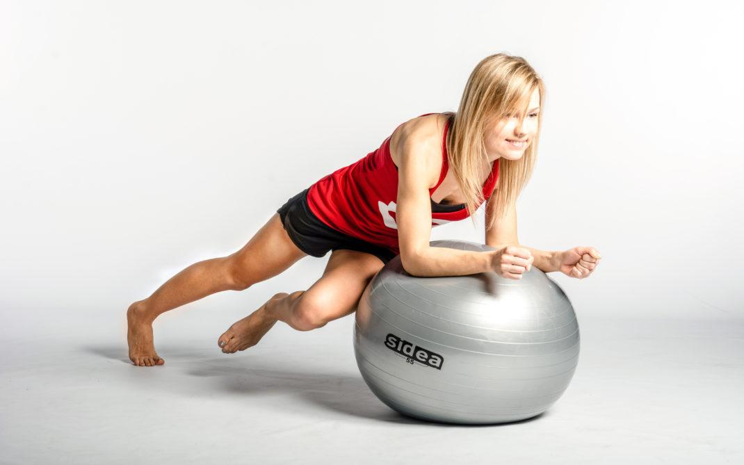 Evgenia - fitball - side climbing