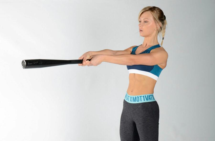 Core training: fai lo swing con la clava per modellare addominali e glutei