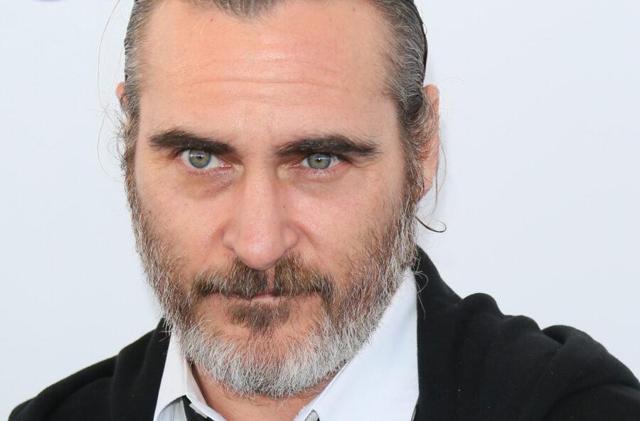 Joaquin Phoenix pistolero nel vecchio West. Aspettando il Joker