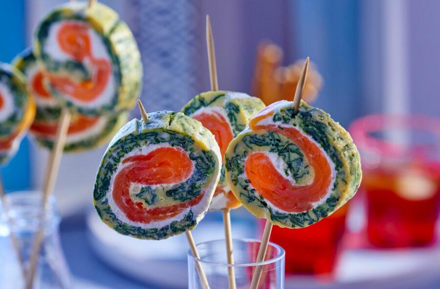 Omelette roll con salmone affumicato, spinacini e wasabi