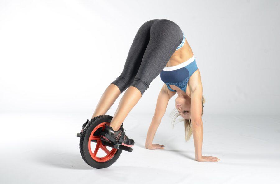Total body workout: ridisegna il corpo con il reverse crunch sulla ruota