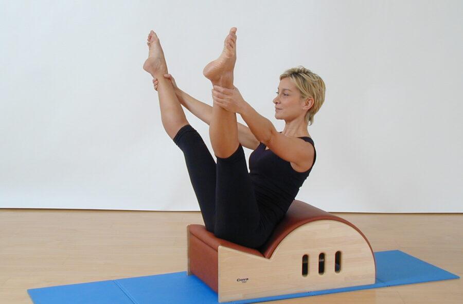 Pilates, gambe toniche con l'Open leg rocker sulla Step barrel