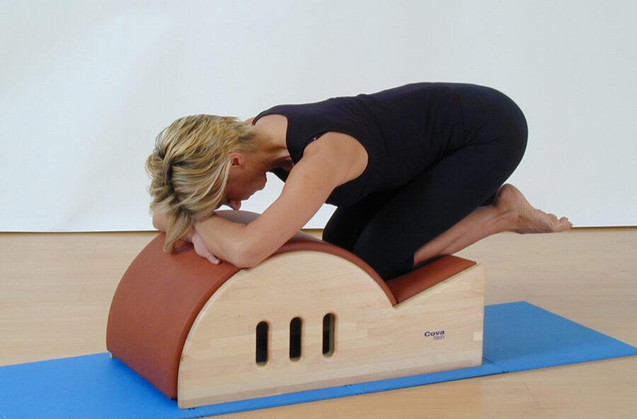Pilates: l'esercizio contro il mal di schiena si fa sulla Step barrel