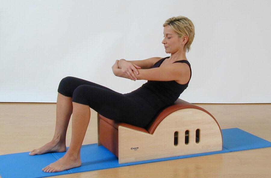 Pilates, pancia piatta con il Round back sulla Step barrel