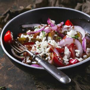Insalata mediterranea con pomodori misti, cipolla di Tropea e feta