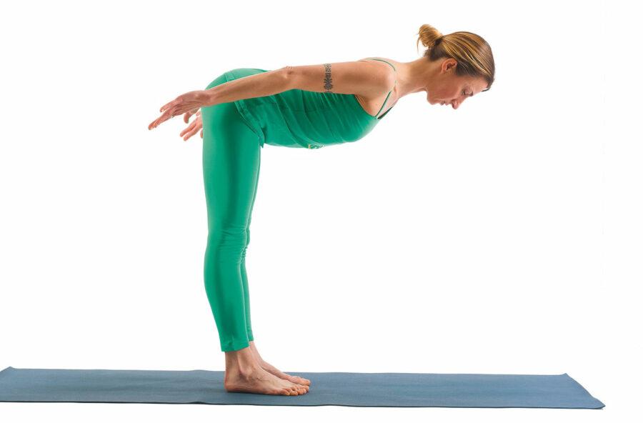Yoga, la posizione del Gabbiano per sollevare il seno e migliorare la postura