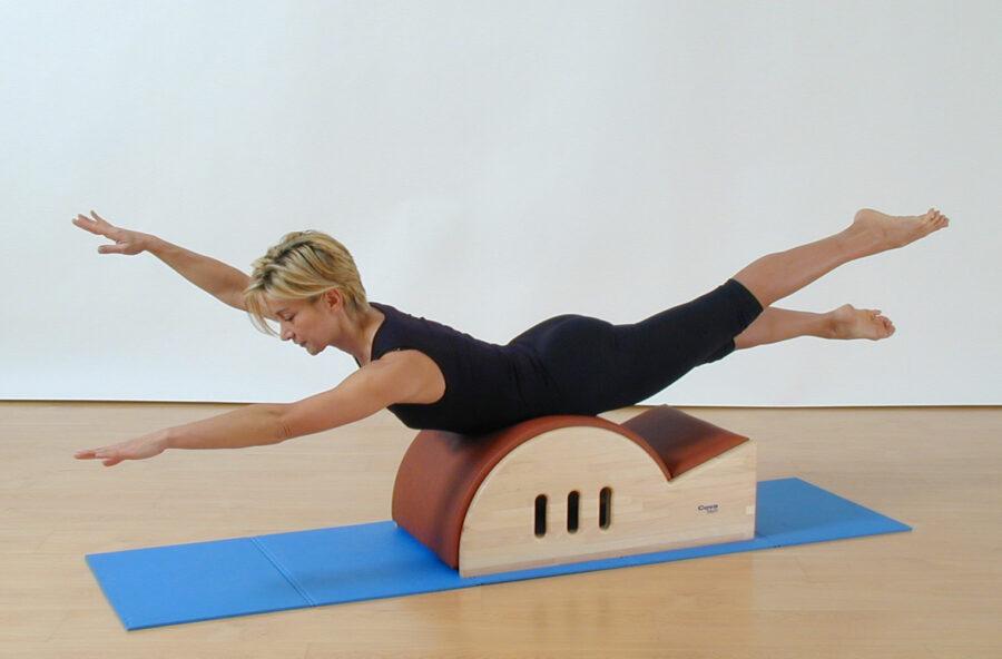 Pilates: Swimming sulla Step barrel per rinforzare la schiena e snellire il corpo