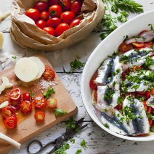 Alici al forno con patate e pomodorini