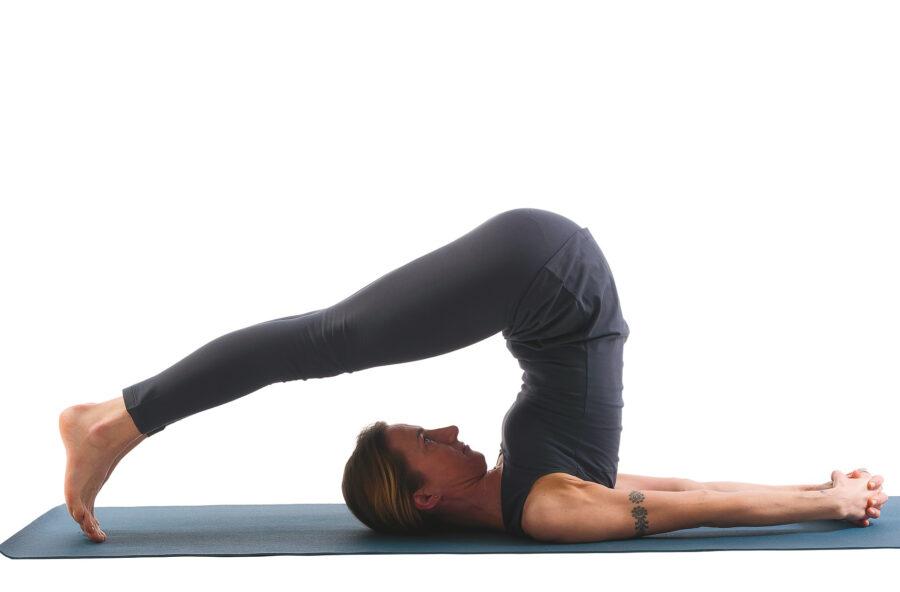 Yoga, ritrova energia con la posizione dell'Aratro