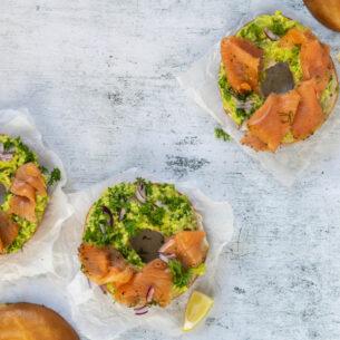 Bagel con avocado e salmone affumicato