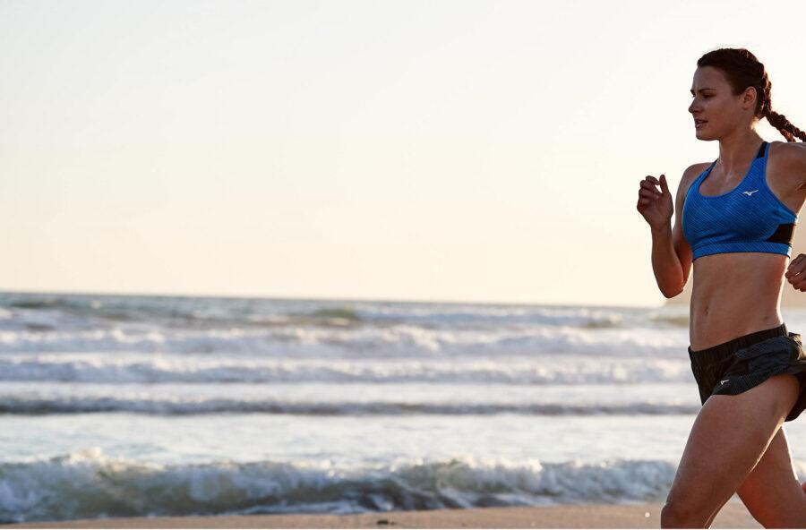 Fitwalking sulla sabbia per dimagrire e tonificarsi dalla vita in giù